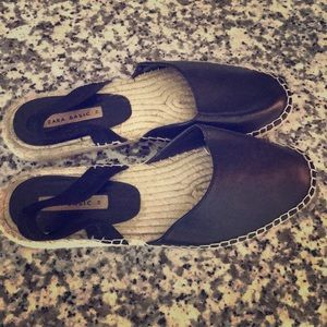 Black sandal with strap